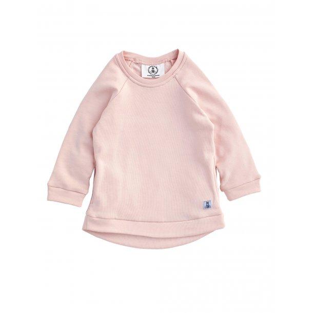 rosa sweatshirt og grå kravlebukser